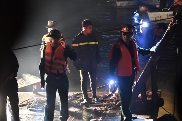 Trục vớt ô tô Mercedes lao từ cầu Chương Dương xuống sông Hồng: Hai thi thể trong xe gồm 1 nam, 1 nữ - Ảnh 5.