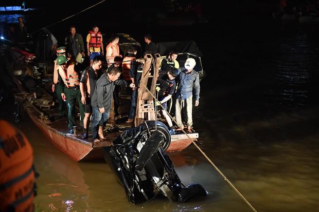 Trục vớt ô tô Mercedes lao từ cầu Chương Dương xuống sông Hồng: Hai thi thể trong xe gồm 1 nam, 1 nữ - Ảnh 6.