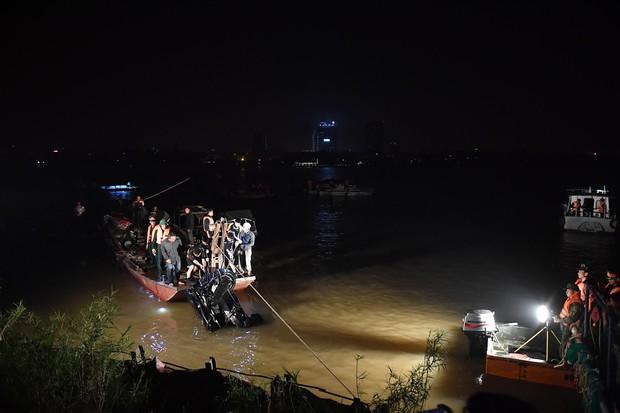 Trục vớt ô tô Mercedes lao từ cầu Chương Dương xuống sông Hồng: Hai thi thể trong xe gồm 1 nam, 1 nữ - Ảnh 3.