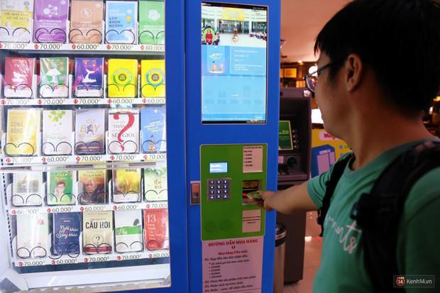 Trải nghiệm máy bán sách tự động đầu tiên dưới lòng đất trung tâm Sài Gòn - Ảnh 7.
