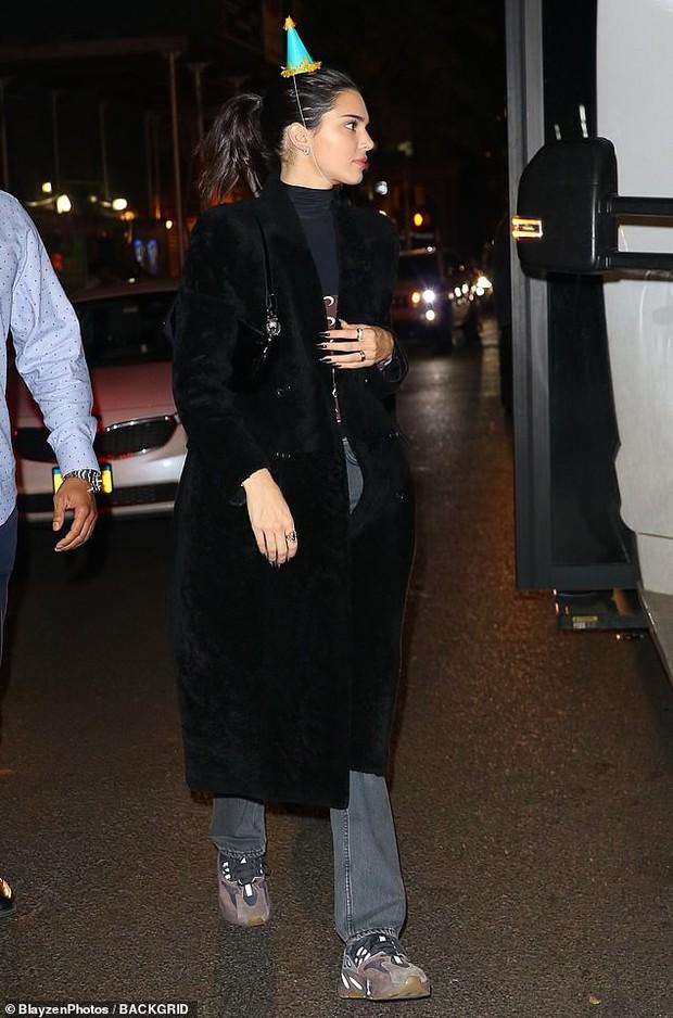 Nhan sắc vốn quá đẹp, Kendall Jenner chỉ diện đồ đơn giản và trang điểm nhẹ vẫn xinh lung linh trong đêm sinh nhật - Ảnh 2.