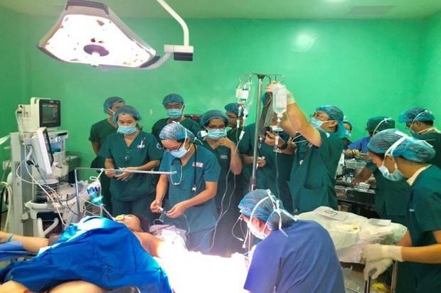 Bác sĩ Sài Gòn tìm người có nhóm máu hiếm gặp AB/Rh(-) cứu sản phụ băng huyết sau sinh - Ảnh 1.