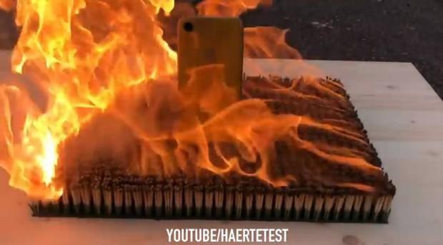 Hỏa thiêu iPhone XR với 10.000 que diêm và cái kết xót xa nhói lòng - Ảnh 2.