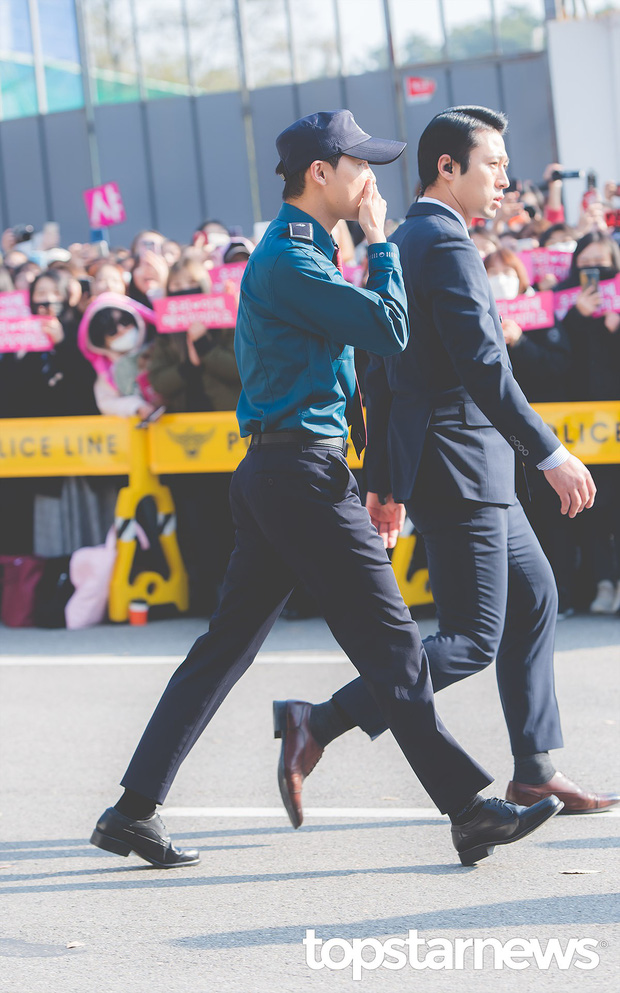 Nhìn đám đông khủng 500 fan trải dài đón Junsu xuất ngũ, ai còn nói rằng JYJ đã hết thời? - Ảnh 4.