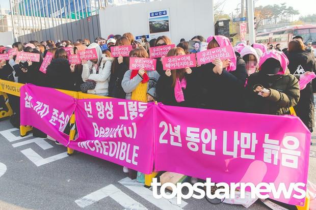 Nhìn đám đông khủng 500 fan trải dài đón Junsu xuất ngũ, ai còn nói rằng JYJ đã hết thời? - Ảnh 1.