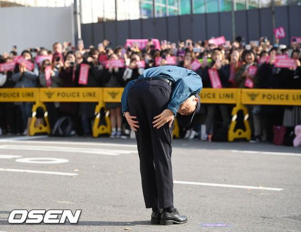 Nhìn đám đông khủng 500 fan trải dài đón Junsu xuất ngũ, ai còn nói rằng JYJ đã hết thời? - Ảnh 5.