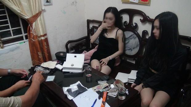 2 hot girl chạy xe máy đầu trần giữa đêm, bị bắt giữ vì tàng trữ ma tuý đá - Ảnh 1.