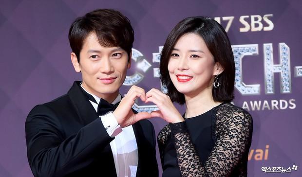 Chuyện thành đôi thú vị của 9 cặp đôi Kbiz: Song Joong Ki là fanboy thành công, mỹ nhân số 7 may mắn gặp tỷ phú - Ảnh 11.