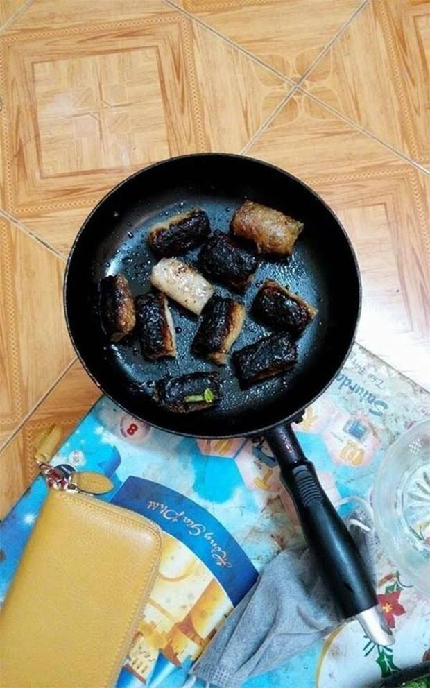 Nghe bạn xui dại để nguyên túi mực, anh chàng mếu máo vì mỳ hải sản biến thành mỳ bóng đêm - Ảnh 4.