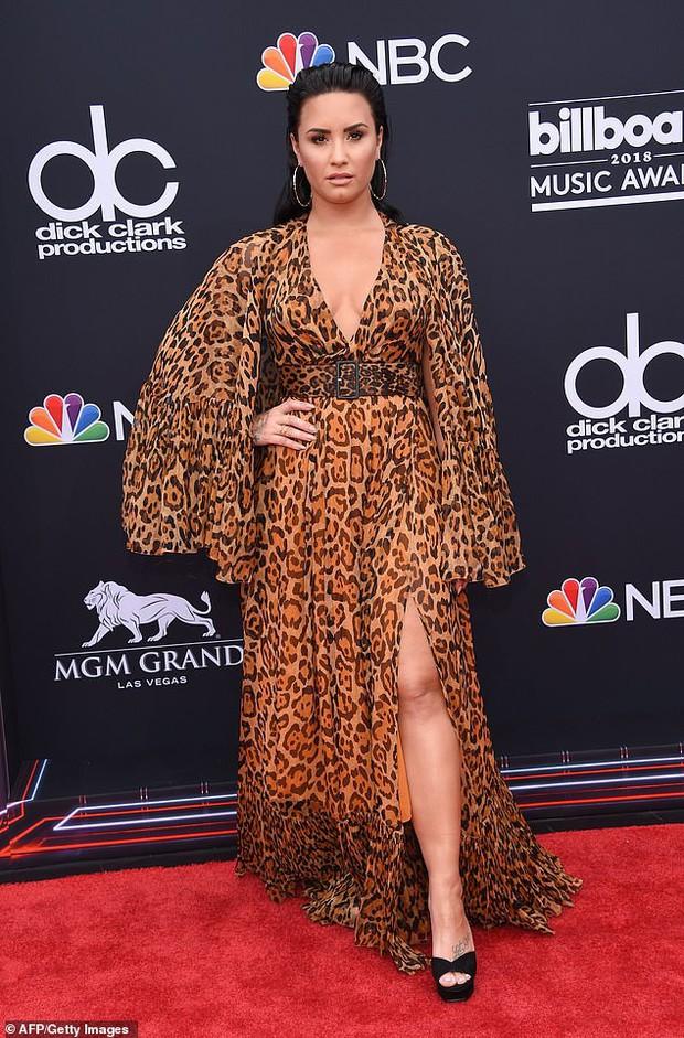 Vừa rời trung tâm cai nghiện, Demi Lovato bị bắt gặp hẹn hò và nắm tay trai đẹp mới - Ảnh 3.