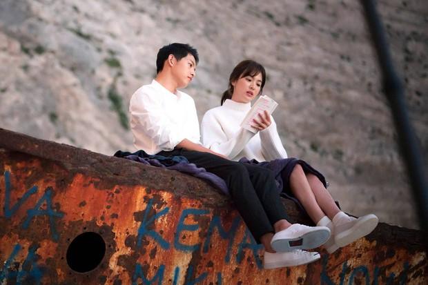 Chuyện thành đôi thú vị của 9 cặp đôi Kbiz: Song Joong Ki là fanboy thành công, mỹ nhân số 7 may mắn gặp tỷ phú - Ảnh 2.