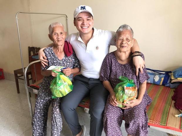Chuyện chàng trai Sài Gòn mất một chân vẫn ngày ngày chăm sóc cụ già neo đơn nằm liệt giường - Ảnh 9.
