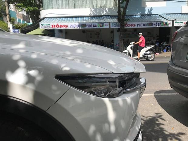 Gã đàn ông vô cớ đập phá ô tô giữa trung tâm Đà Nẵng - Ảnh 2.