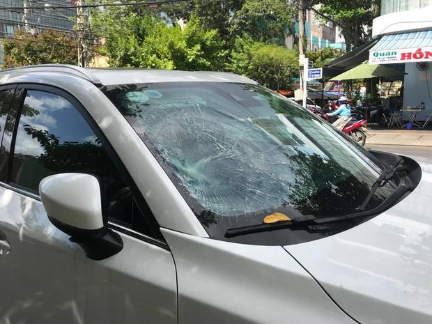 Gã đàn ông vô cớ đập phá ô tô giữa trung tâm Đà Nẵng - Ảnh 1.