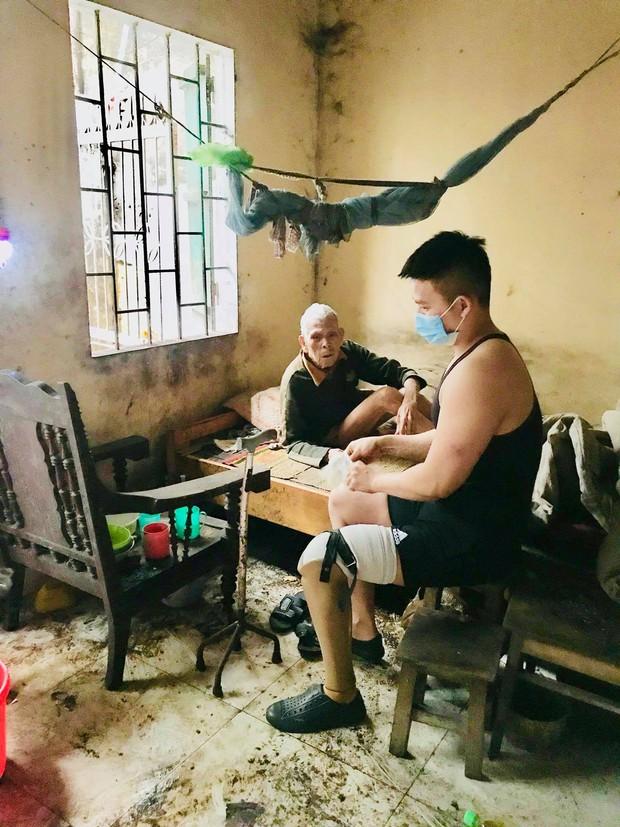 Chuyện chàng trai Sài Gòn mất một chân vẫn ngày ngày chăm sóc cụ già neo đơn nằm liệt giường - Ảnh 5.