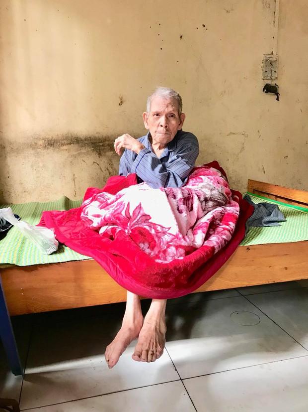 Chuyện chàng trai Sài Gòn mất một chân vẫn ngày ngày chăm sóc cụ già neo đơn nằm liệt giường - Ảnh 8.