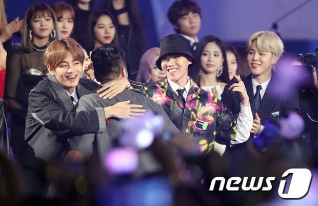 Thảm đỏ hot nhất châu Á: BTS và Charlie Puth tay bắt mặt mừng, mỹ nhân đẹp nhất thế giới Tzuyu đánh bật dàn sao - Ảnh 7.