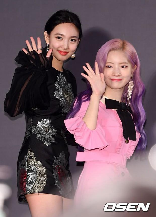 Thảm đỏ hot nhất châu Á: BTS và Charlie Puth tay bắt mặt mừng, mỹ nhân đẹp nhất thế giới Tzuyu đánh bật dàn sao - Ảnh 13.