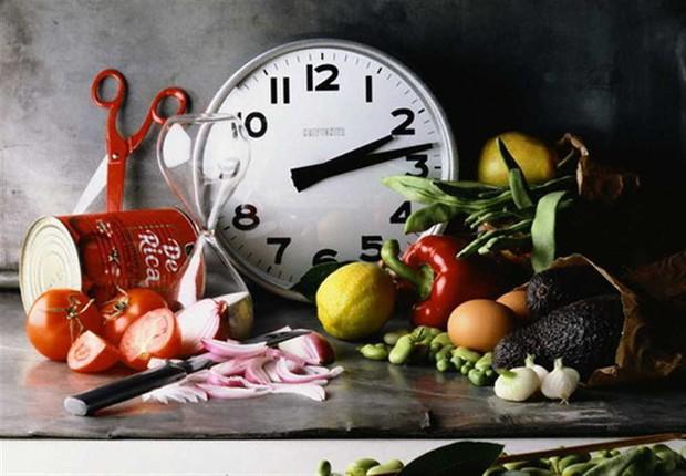 5 thói quen ăn uống gây hại lớn cho sức khỏe mà nhiều người rất hay mắc phải - Ảnh 1.