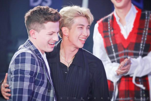 Khoảnh khắc gây sốt suốt hôm nay: Charlie Puth hết nũng nịu với RM (BTS) lại tám rôm rả bên Kang Daniel - Ảnh 4.