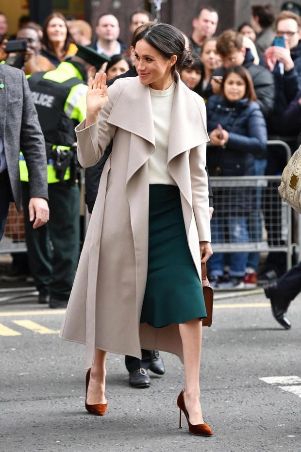 Rất chăm ủng hộ các NTK Anh nhưng Công nương Meghan lại lạnh nhạt với váy vóc của bà Becks vì lý do ít ai ngờ này - Ảnh 2.