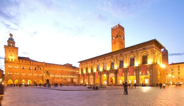 Choáng ngợp với kiến trúc nguy nga tráng lệ như cung điện Hoàng gia của ngôi trường lâu đời nhất Châu Âu - Ảnh 2.