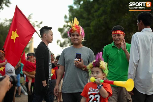 Đỏ rực cờ hoa trên đất Lào, CĐV Việt Nam biến sân khách thành sân nhà tại AFF Cup 2018 - Ảnh 8.