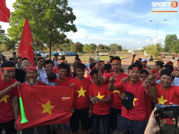 Đỏ rực cờ hoa trên đất Lào, CĐV Việt Nam biến sân khách thành sân nhà tại AFF Cup 2018 - Ảnh 9.