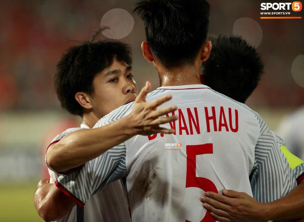 Đoàn Văn Hậu dùng tay chơi bóng, nhận thẻ vàng tại AFF CUP 2018- Ảnh 7.