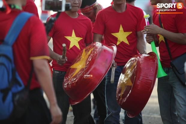 Đỏ rực cờ hoa trên đất Lào, CĐV Việt Nam biến sân khách thành sân nhà tại AFF Cup 2018 - Ảnh 10.