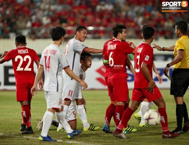 Đoàn Văn Hậu dùng tay chơi bóng, nhận thẻ vàng tại AFF CUP 2018 - Ảnh 4.