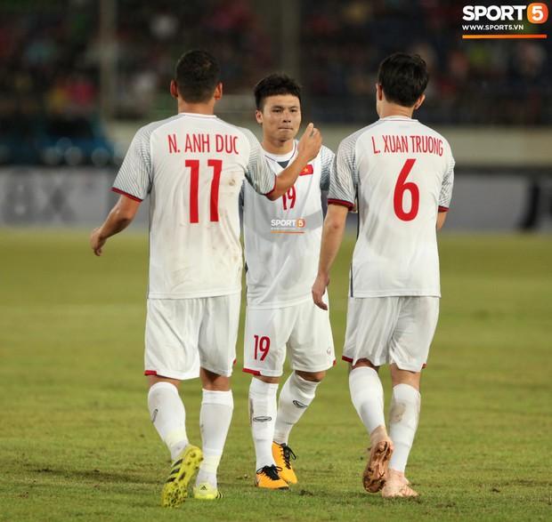 Đoàn Văn Hậu dùng tay chơi bóng, nhận thẻ vàng tại AFF CUP 2018 - Ảnh 12.