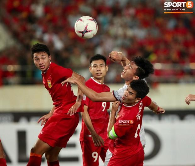 Đoàn Văn Hậu dùng tay chơi bóng, nhận thẻ vàng tại AFF CUP 2018 - Ảnh 3.