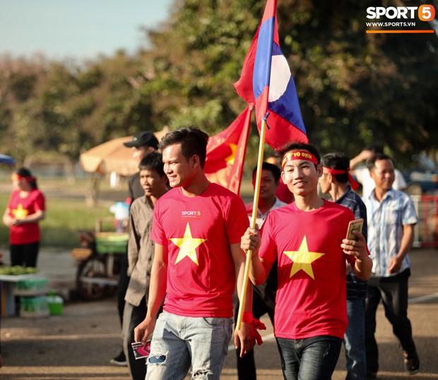 Đỏ rực cờ hoa trên đất Lào, CĐV Việt Nam biến sân khách thành sân nhà tại AFF Cup 2018 - Ảnh 2.