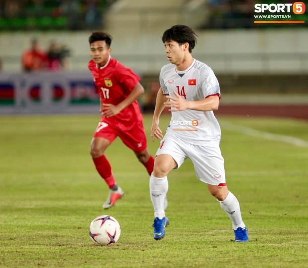 Đoàn Văn Hậu dùng tay chơi bóng, nhận thẻ vàng tại AFF CUP 2018 - Ảnh 8.