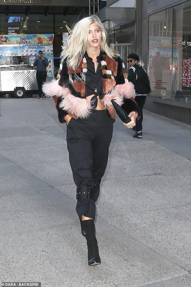 Kendall Jenner, Gigi - Bella Hadid và dàn thiên thần Victorias Secret đọ dáng chuẩn từng centimet trên phố trước giờ G - Ảnh 11.