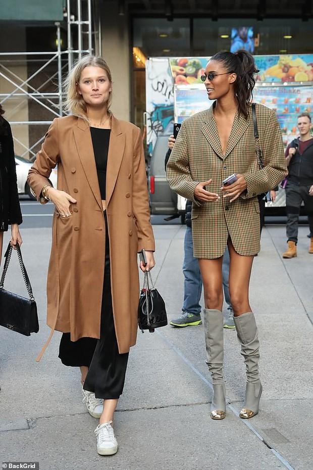 Kendall Jenner, Gigi - Bella Hadid và dàn thiên thần Victorias Secret đọ dáng chuẩn từng centimet trên phố trước giờ G - Ảnh 12.