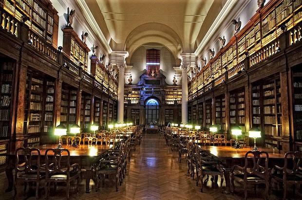 Choáng ngợp với kiến trúc nguy nga tráng lệ như cung điện Hoàng gia của ngôi trường lâu đời nhất Châu Âu - Ảnh 11.