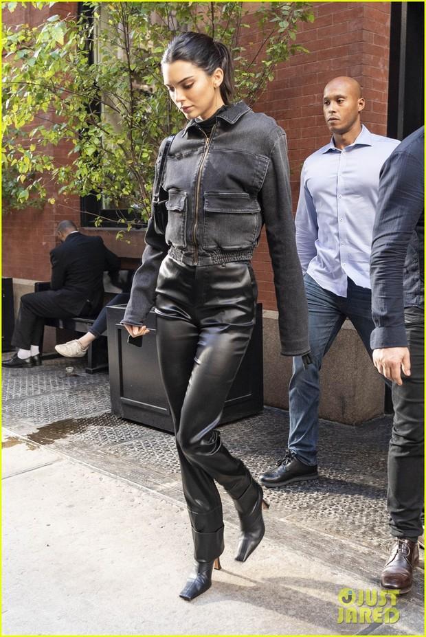 Kendall Jenner, Gigi - Bella Hadid và dàn thiên thần Victorias Secret đọ dáng chuẩn từng centimet trên phố trước giờ G - Ảnh 1.