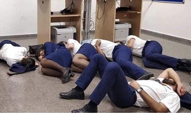 Chụp ảnh ngủ trên sàn nhà, 6 tiếp viên hàng không Ireland bị sa thải - Ảnh 1.