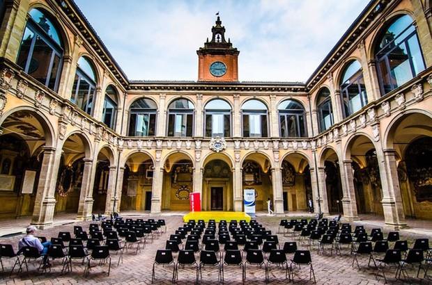Choáng ngợp với kiến trúc nguy nga tráng lệ như cung điện Hoàng gia của ngôi trường lâu đời nhất Châu Âu - Ảnh 8.