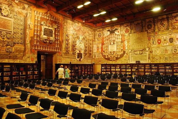Choáng ngợp với kiến trúc nguy nga tráng lệ như cung điện Hoàng gia của ngôi trường lâu đời nhất Châu Âu - Ảnh 9.