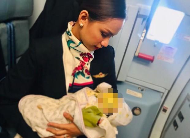 Hình ảnh Nữ tiếp viên hàng không cho em bé bú vì mẹ bé không mang theo sữa gây tranh cãi trên MXH - Ảnh 2.