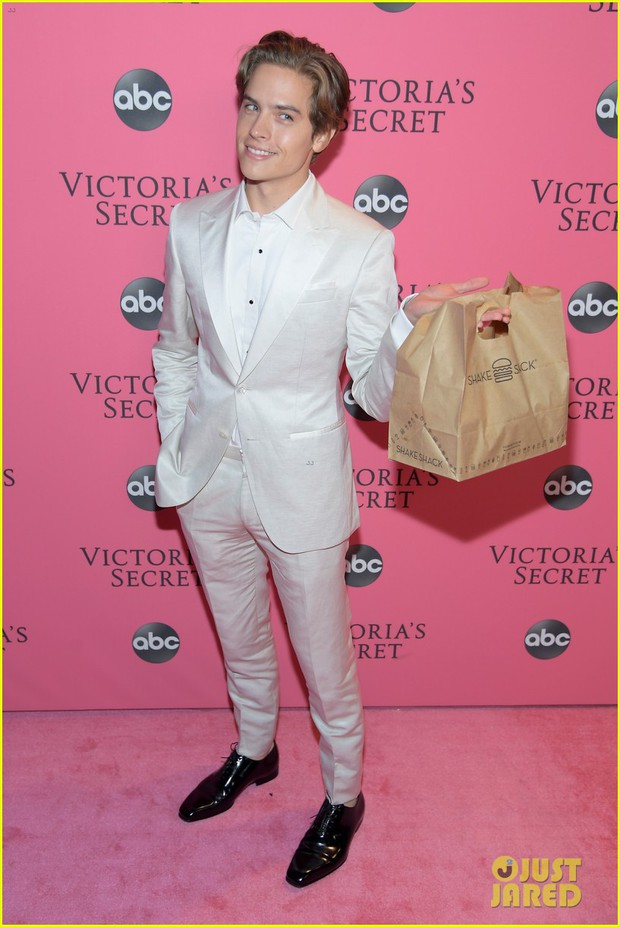 Dễ thương như sao Zack & Cody: Mang đồ ăn cho Barbara Palvin sau nhiều tuần bạn gái giữ dáng để diễn Victorias Secret - Ảnh 1.