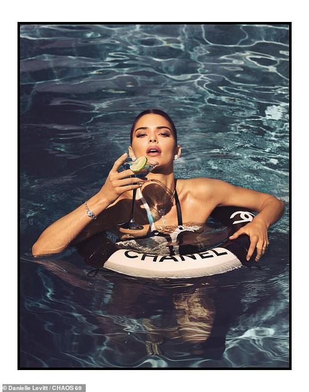 Kendall Jenner - thiên thần Victoria's Secret tung bộ ảnh đầy gợi cảm - Ảnh 2.