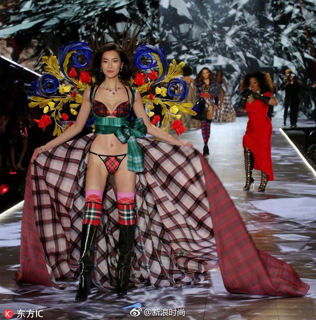 Nhan sắc và thần thái nổi bật của 4 chân dài Trung Quốc trên sàn catwalk Victorias Secret 2018 - Ảnh 2.