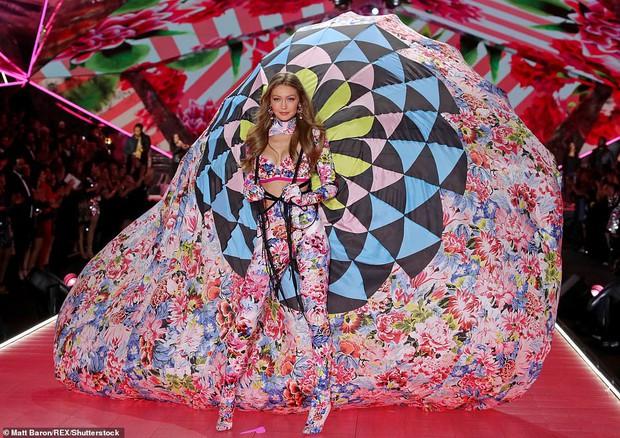 Gigi Hadid diễn nội y mà dân tình tưởng như cô nàng đang vác khinh khí cầu lên sàn diễn của Victorias Secret - Ảnh 2.