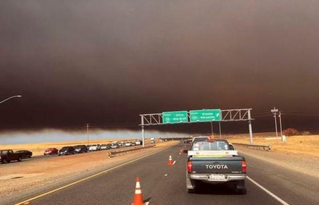 """Cháy rừng """"như tận thế"""" ở California (Mỹ) làm hàng nghìn người sơ tán - Ảnh 1."""