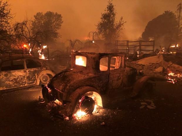 """Cháy rừng """"như tận thế"""" ở California (Mỹ) làm hàng nghìn người sơ tán - Ảnh 11."""