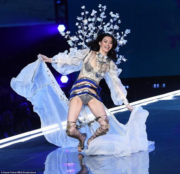 Năm ngoái Ming Xi từng ngã trên sàn diễn Victorias Secret 2017, còn năm nay thì không - Ảnh 2.